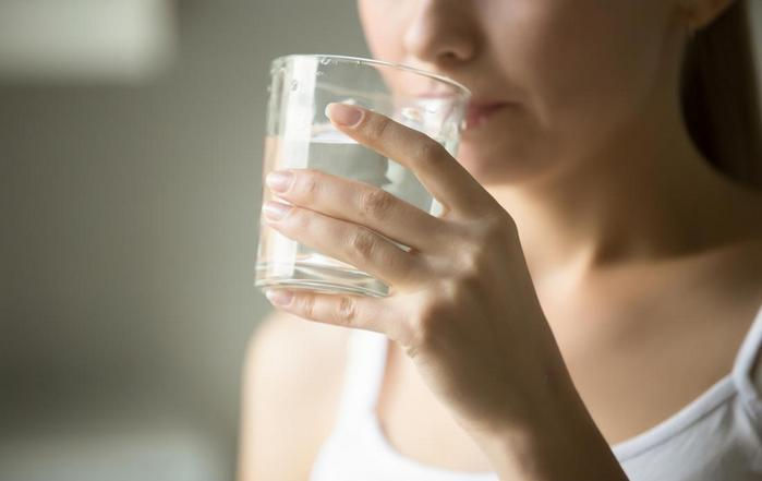 Выпить стакан чистой воды для профилактика кариеса_
